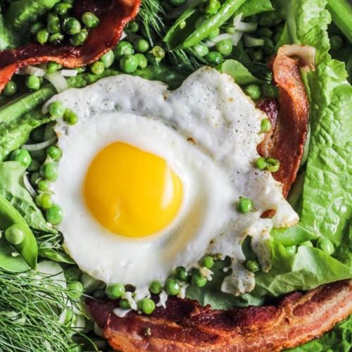 Jajka sadzone na bekonie z warzywami