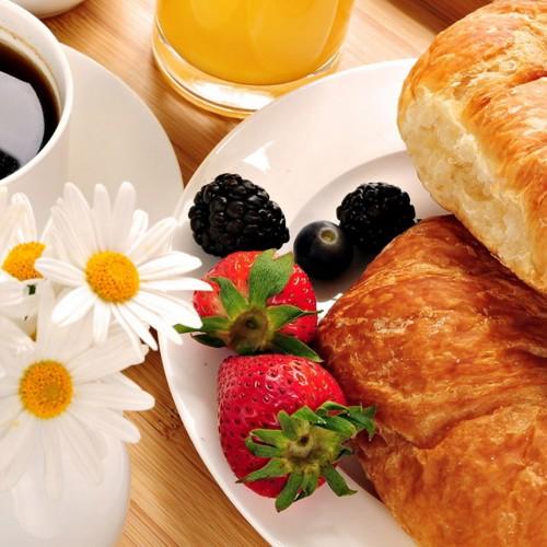 Śniadanie francuskie z croissant
